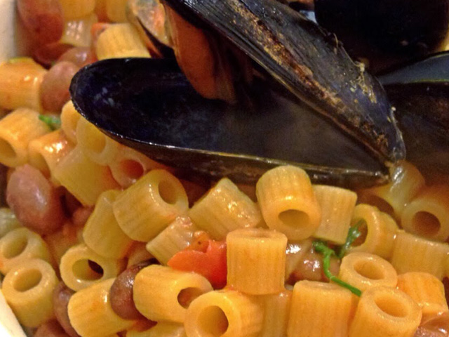 Short pasta with mussels and beans