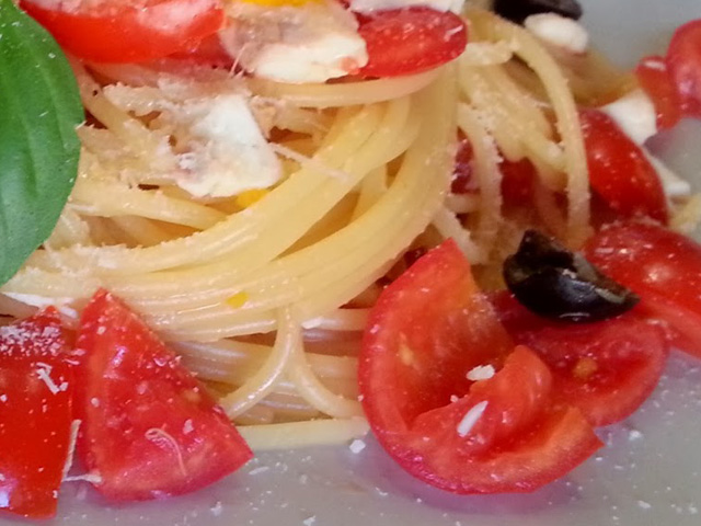 Spaghetti with cherry tomatoes and greek cheese