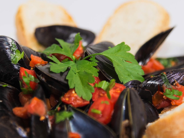 Peppered mussels with croutons
